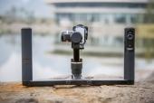 Feiyu G5 GS avec caméra Sony et handle bar posé sur un rocher