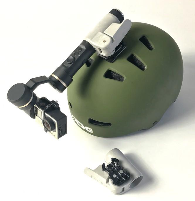 Fixation clamp pour Feiyu G5 installé sur un casque