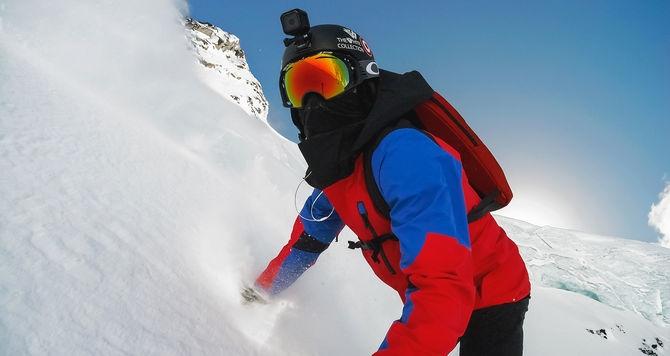 Snowboarder portant une caméra GoPro Hero Session sur un casque