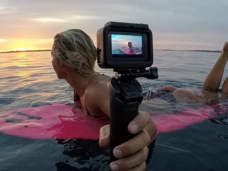 GoPro Hero6 Black Edition utilisée par une surfeuse avec une poignée GoPro