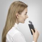 Micro BOYA BY-A100 pour iPhone et iPad utilisé par une femme