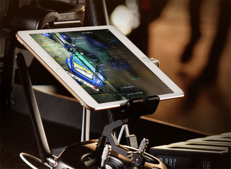 Radiocommande de la nacelle main stabilisateur DJI Ronin-MX avec tablette installée dessus