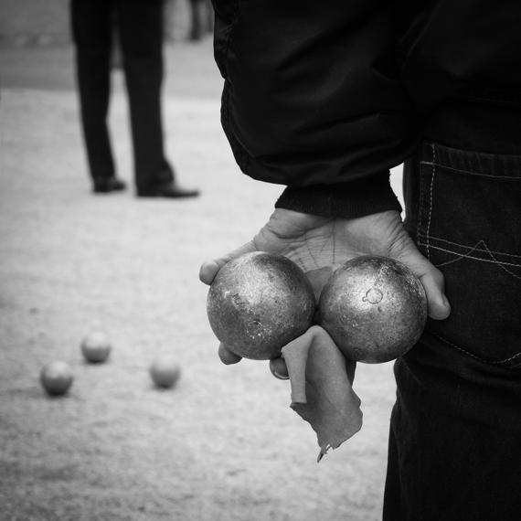 Photo noir et blanc de boules de pétanque prise par l'objectif M.Zuiko Digital ED 14-42mm 1:3.5‑5.6 - OLYMPUS