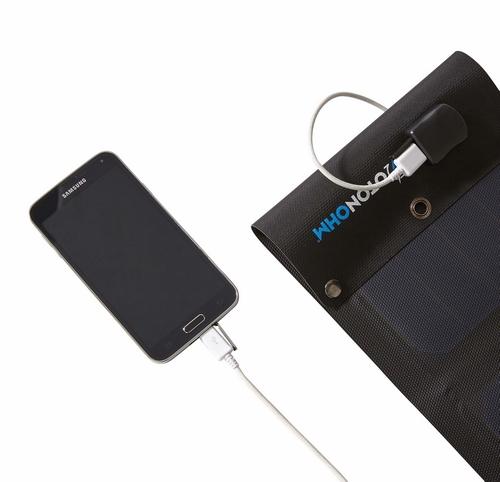 Panneau solaire Sun Charge connecté à un smartphone