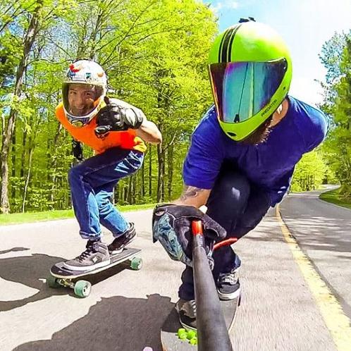 Perche à Selfie 180° Spivo tenue par un longboarder face à lui