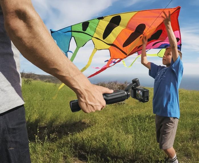 Poignée GoPro Karma Grip avec adaptateur et Hero5 Black en train de filmer un cerf-volant