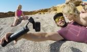 Poignée GoPro Karma Grip avec adaptateur et Hero5 Black en train de filmer sur la plage