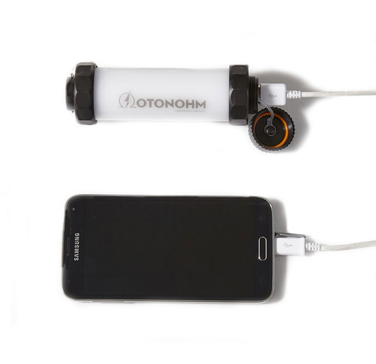 Powerlamp 3400 mAh Otonohm branché à un smartphone