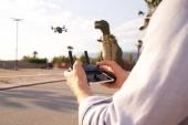 Radiocommande DJI Spark utilisé par un télépilote de drone
