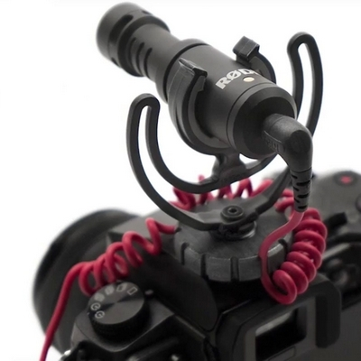 Microphone VideoMicro Rode monté sur un boitier reflex