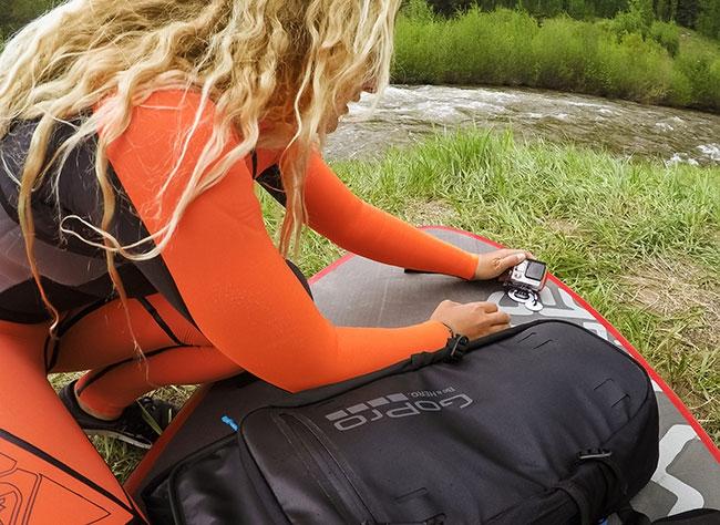 Surfeuse utilisant le sac à dos Seeker pour GoPro Hero 3/3+ et 4