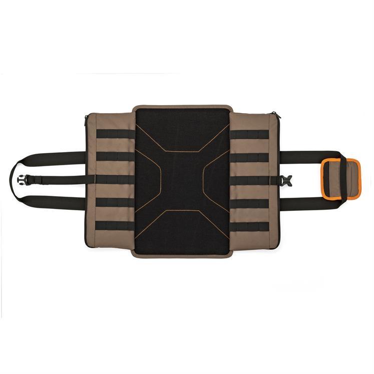 La base du sac est un plateau qui une fois déplié et débarrassé de ses pochettes peut constituer une aire de décollage et d\'atterrissage.