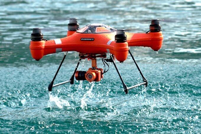 Splash Drone 3 Auto en train de survoler une étendue d'eau