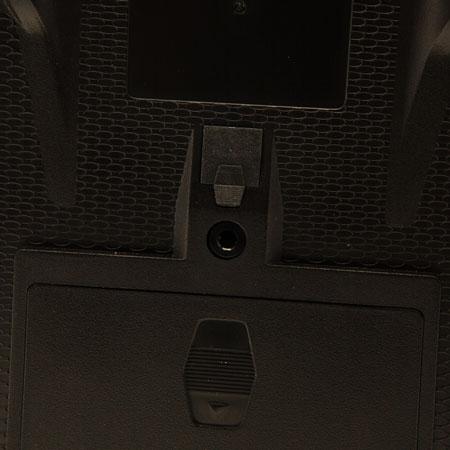 La radiocommande DXe est alimentée par 4 piles AA non fournies.
