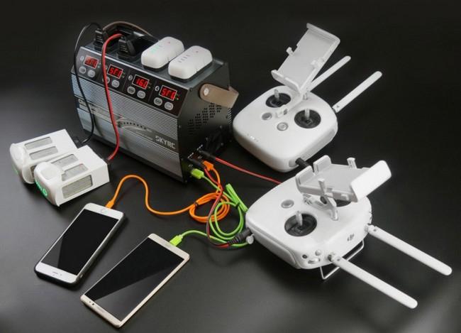 Station de charge avec batteries Phantom 3 et 4 en charge ainsi que deux radios et deux smartphones