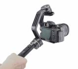 Steadycam Feiyu MG Lite tenu par une main avec appareil photo monté