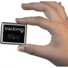 Tracker GPS Trackimo entre deux doigts