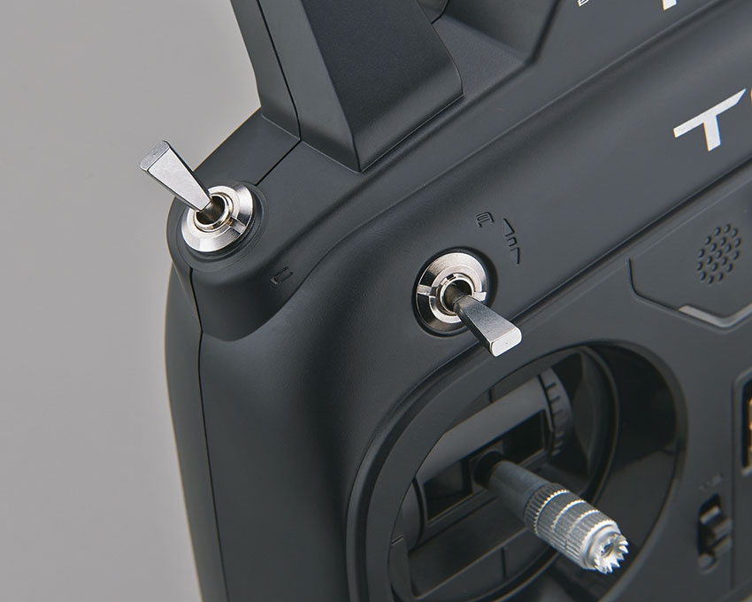 Vue détaillée interrupteurs de la radiocommande Futaba 6K