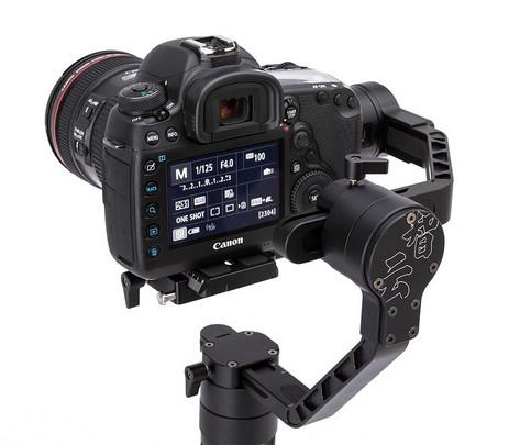 Zoom sur Zhiyun Crane 2 avec appareil photo reflex - vue de dos