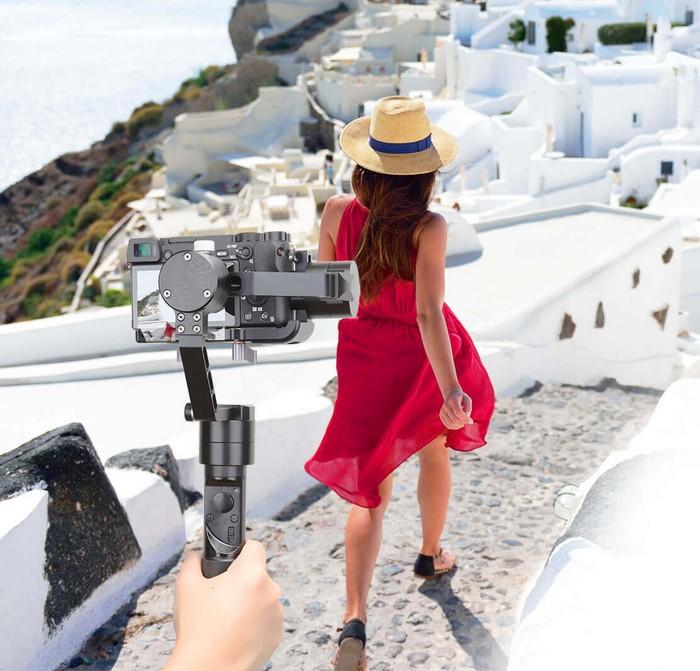 Stabilisateur Zhiyun Crane-M en train de filmer une femme